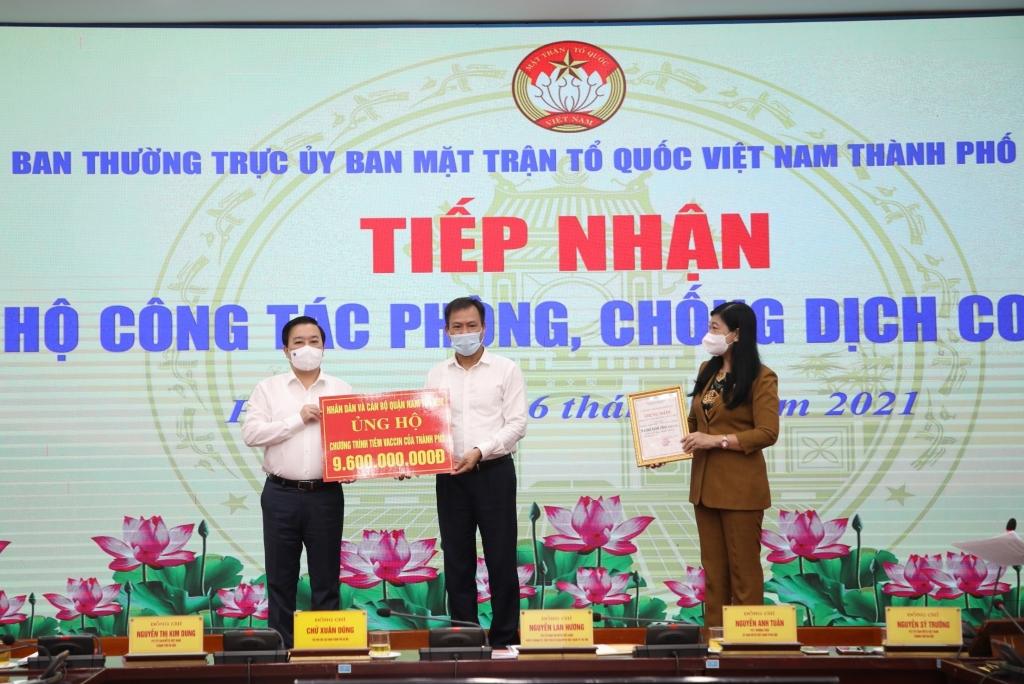 Phó Chủ tịch UBND TP Chử Xuân Dũng và Chủ tịch Ủy ban MTTQ Việt Nam TP Nguyễn Lan Hương tiếp nhận ủng hộ công tác phòng, chống dịch Covid-19 từ các đơn vị, doanh nghiệp và quận, huyện TP