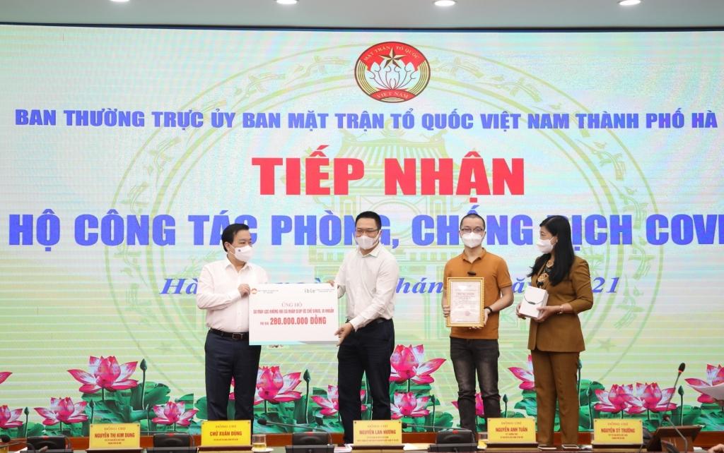 Phó Chủ tịch UBND TP Chử Xuân Dũng và Chủ tịch Ủy ban MTTQ Việt Nam TP Nguyễn Lan Hương tiếp nhận ủng hộ công tác phòng, chống dịch Covid-19 từ các đơn vị, doanh nghiệp