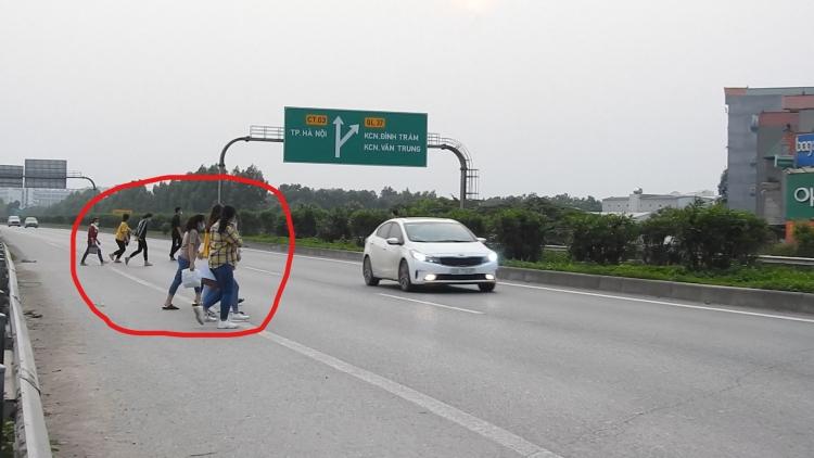 """Bắc Giang: Cần sớm có hàng rào ngăn không cho công nhân """"trèo"""" vào đường cao tốc"""