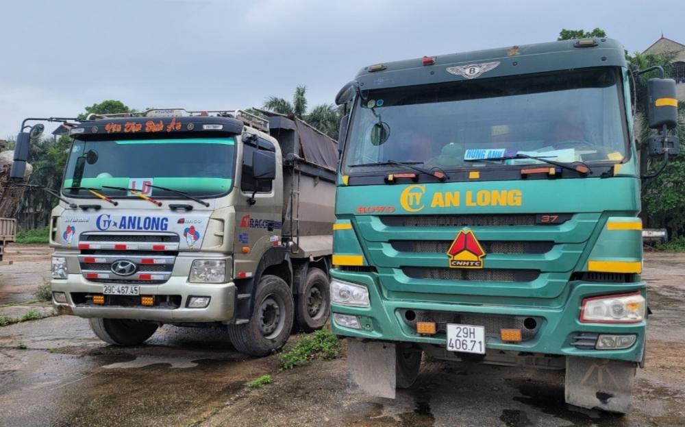 2 xe ô tô vận chuyển khoảng 30 tấn chất thải bị bắt giữ