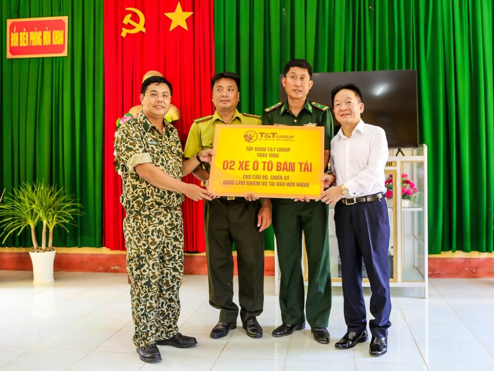 Lãnh đạo tỉnh Cà Mau và T&T Group thăm, tặng quà cán bộ chiến sỹ làm nhiệm vụ trên đảo Hòn Khoai