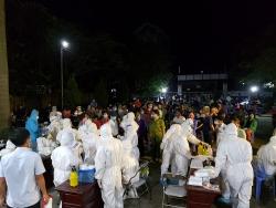 Bắc Ninh: Hình ảnh hàng nghìn người dân xã Mão Điền đi lấy mẫu xét nghiệm Covid-19 trong đêm