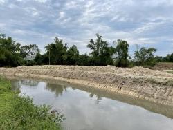"""Bắc Giang: Hộ dân """"xắn"""" nông nghiệp, """"nắn"""" dòng chảy đưa đất ra mặt đường"""