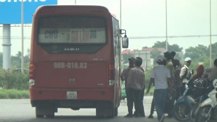 Báo động tình trạng xe khách vô tư dừng đỗ, đón trả khách trong cao tốc Hà Nội - Bắc Giang