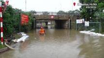 Hầm chui đại lộ Thăng Long chặn cửa, cấm xe vì ngập sâu