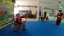 Chàng trai Trần Văn Hùng ngồi xe lăn múa thương, biểu diễn võ thuật