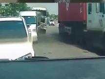Khoảnh khắc xe container tông liên hoàn 4 ô tô dừng đèn đỏ ở Hà Nội