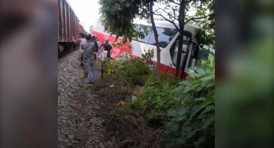 Hiện trường vụ tàu hỏa đâm vào xe chở học sinh ở Hà Nội