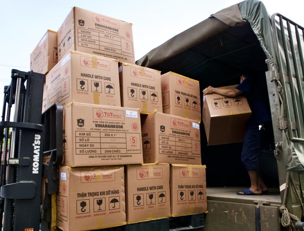 T&T Group bàn giao 8,5 triệu bộ bơm kim tiêm cho Bộ Y tế