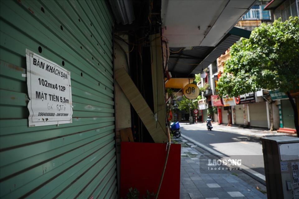 """Phố Hàng Bè (quận Hoàn Kiếm, Hà Nội) được mệnh danh là tuyến phố sầm uất, thu hút khách du lịch bậc nhất ở Thủ đô Hà Nội. Song, những ngày qua, nhiều chủ khách sạn, nhà nghỉ tại đây ngậm ngùi phải treo biển bán nhà vì """"vắng bóng"""" khách thuê. Ảnh: Phan Anh"""