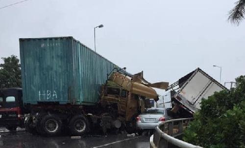 Bắc Ninh: Tai nạn nghiêm trọng giữa xe container và 2 xe tải