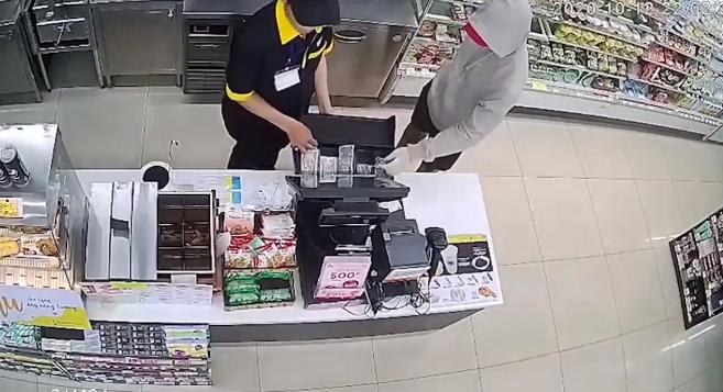 Video: Đối tượng liều lĩnh rút dao đe dọa nhân viên và cướp tiền trong siêu thị