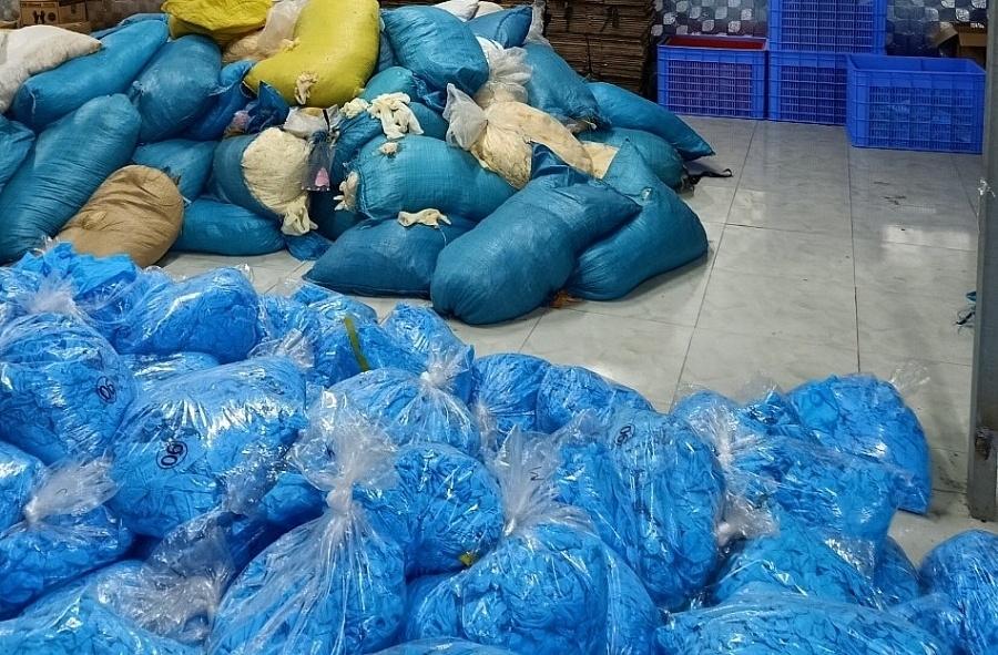 Cục QLTT Bắc Ninh thu giữ 9,5 tấn găng tay cao su y tế