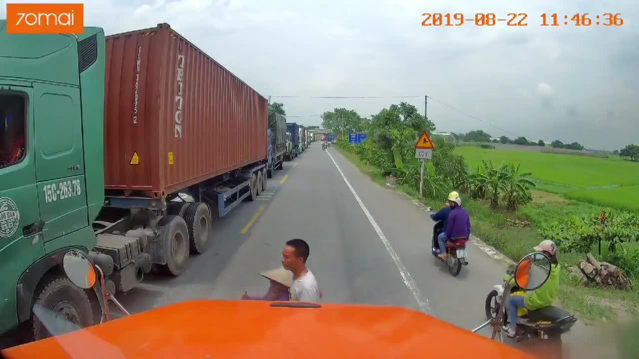 tai xe container dung xe dua ba cu sang duong giua trua nang