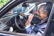 thu tuong malaysia lai thu xe vinfast