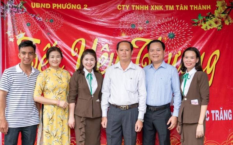 trao tang hon 300 suat qua cho gia dinh kho khan trong chuong trinh tet yeu thuong