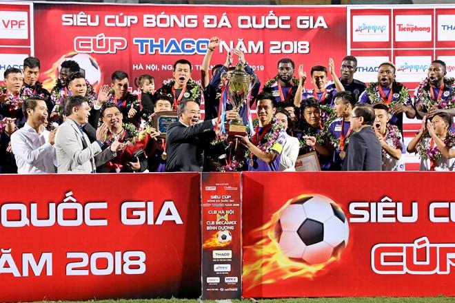Virus Corona hoành hành: Bóng đá Việt Nam sẽ tạm hoãn?