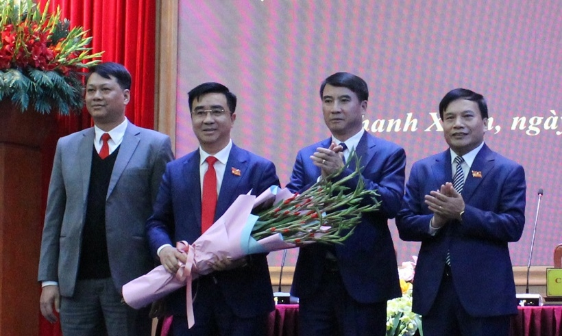 Lãnh đạo quận Thanh Xuân tặng hoa chúc mừng tân Chủ tịch HĐND quận Võ Đăng Dũng