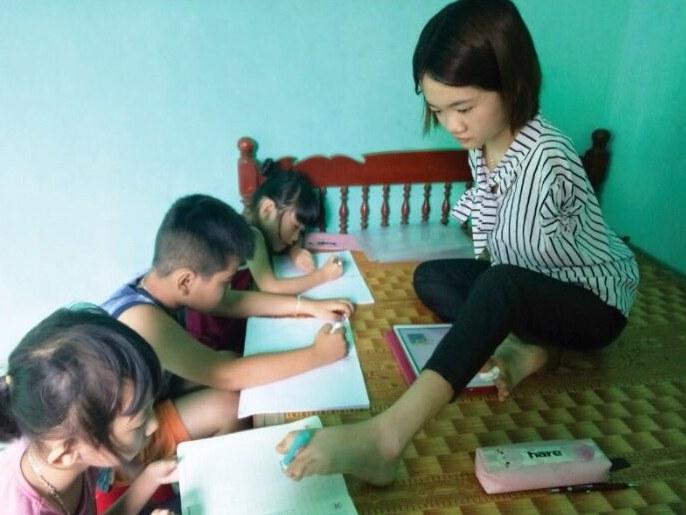 Lê Thị Thắm dậy các em nhỏ học bài
