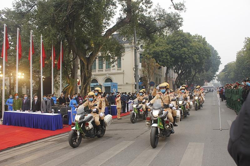 Sau Lễ phát động, lực lượng Cảnh sát giao thông Công an TP Hà Nội đã diễu hàhh biểu thị quyết tâm bảo đảm trật tự an toàn giao thông