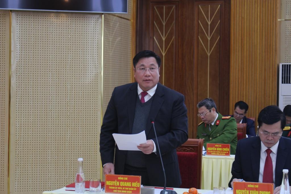 Bí thư Quận ủy Hoàng Mai Nguyễn Quang Hiếu báo cáo tại buổi làm việc