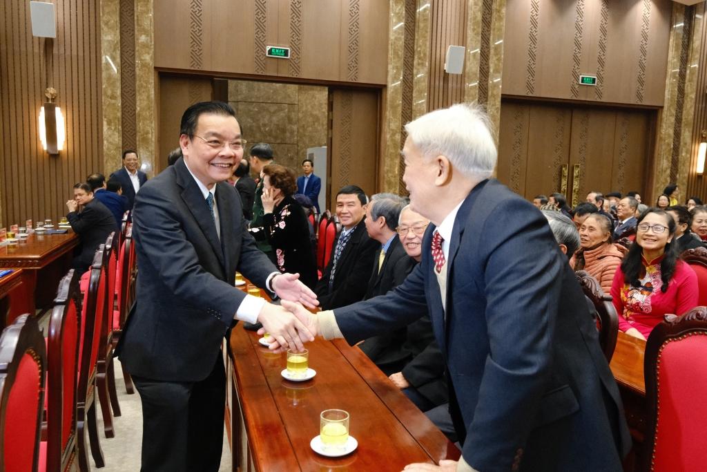 Chủ tịch UBND TP Hà Nội Chu Ngọc Anh trò chuyện với các đại biểu