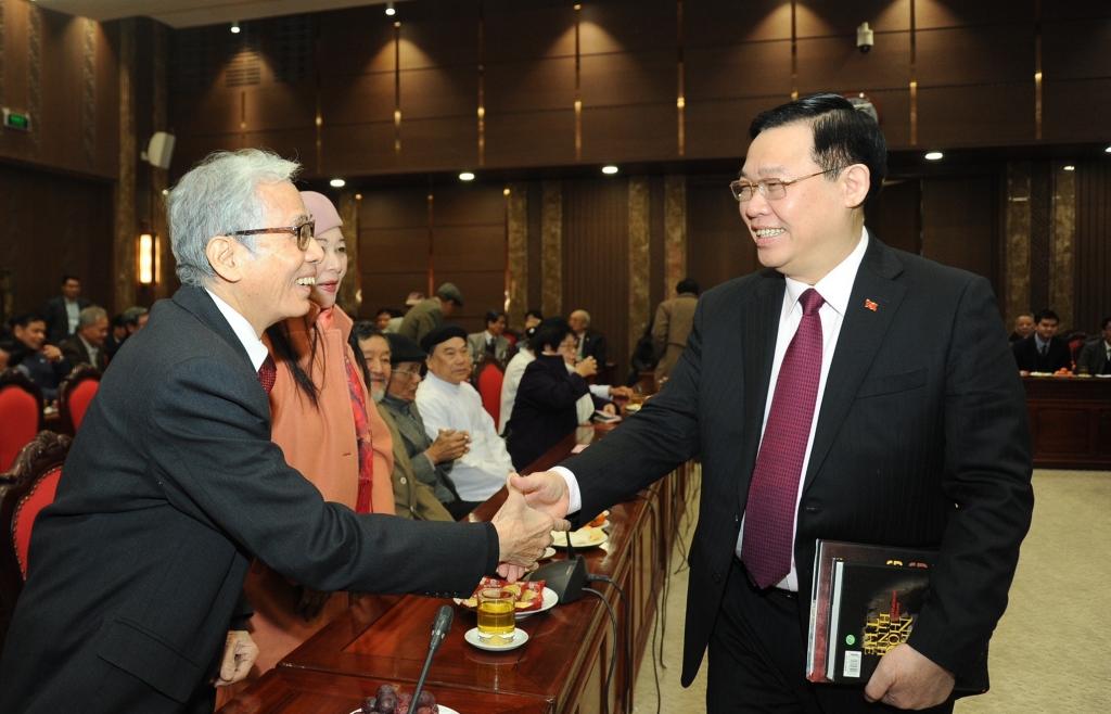 Bí thư Thành ủy Vương Đình Huệ trao đổi với các đại biểu tại buổi gặp mặt