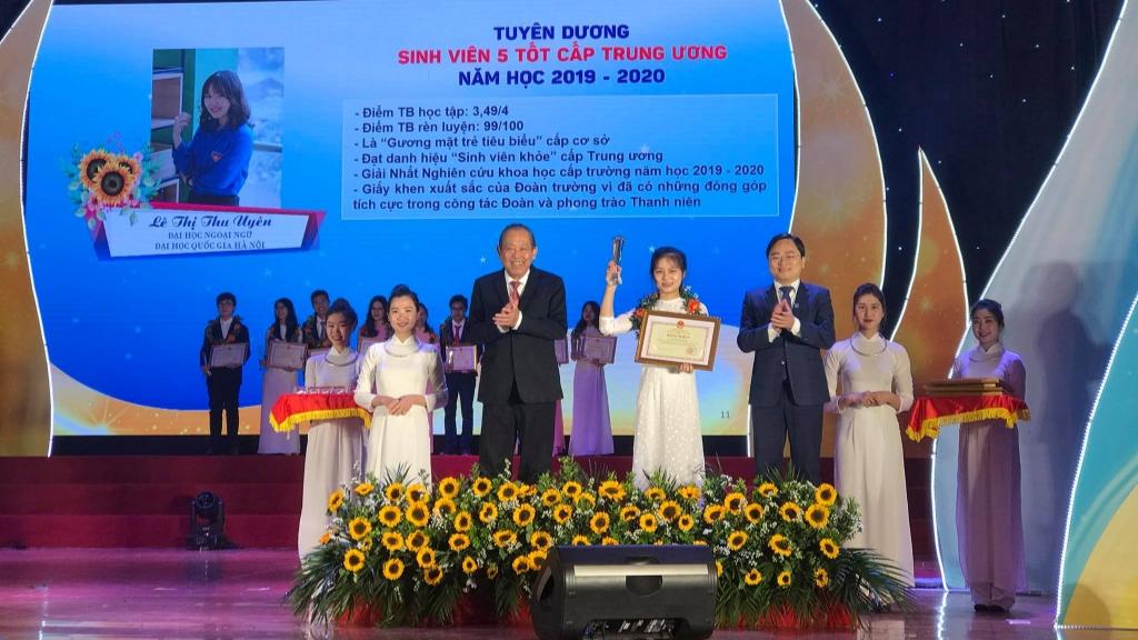 Phó Thủ tướng Thường trực Chính phủ Trương Hòa Bình và Bí thư thứ nhất Trung ương Đoàn, Chủ tịch Trung ương Hội Liên hiệp thanh niên Việt Nam Nguyễn Anh Tuấn trao thưởng cho sinh viên tiêu biểu.