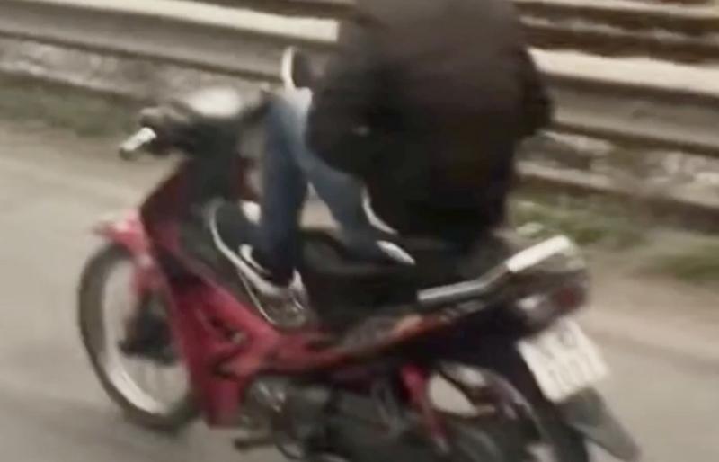 """Lại xuất hiện """"tổ lái mô tô"""" bằng chân nghênh ngang trên Quốc lộ 5"""