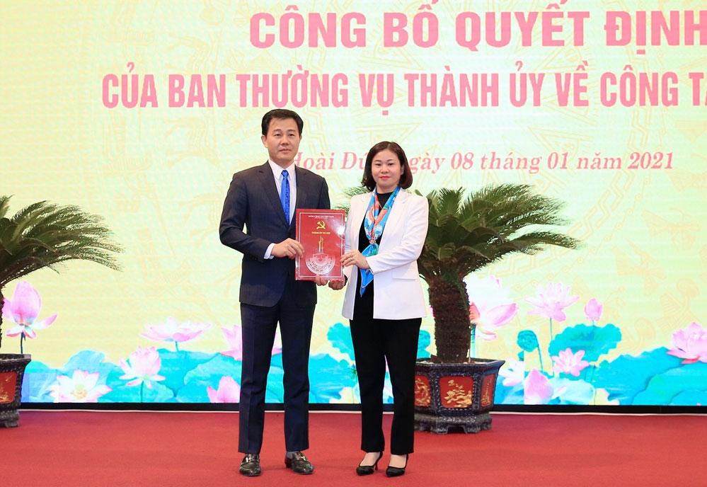Phó Bí thư Thường trực Thành ủy Nguyễn Thị Tuyến trao quyết định của Ban Thường vụ Thành ủy cho đồng chí Nguyễn Xuân Đại