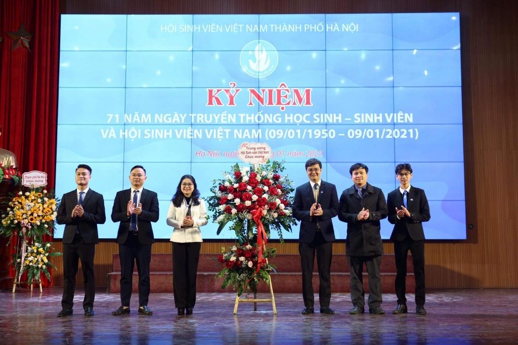 Đồng chí Bùi Quang Huy, Bí thư Thường trực Trung ương Đoàn, Chủ tịch Trung ương Hội Sinh viên Việt Nam cùng đại diện lãnh đạo Bộ Giáo dục và Đào tạo tặng hoa chúc mừng Hội Sinh viên thành phố Hà Nội