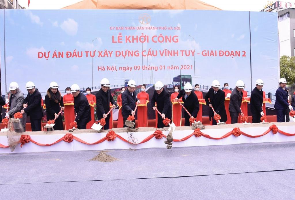 Các đại biểu thực hiện nghi lễ khởi công