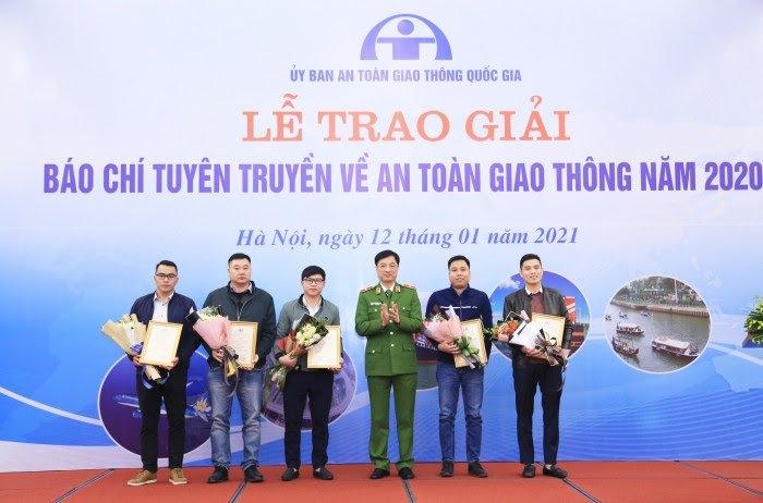 Thiếu tướng Nguyễn Duy Ngọc, Thứ trưởng Bộ Công an trao giải Nhì cho các tác giả/nhóm tác giả đoạt giải Nhì.