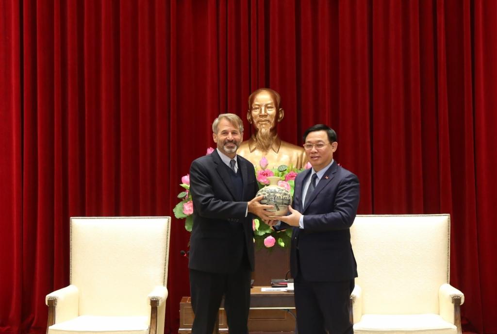 Bí thư Thành ủy Vương Đình Huệ Giám đốc quốc gia cấp cao khu vực Việt Nam, Lào, Campuchia IFC, ông Kyle F. Kelhofer.