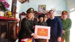 Giám đốc Công an Hà Nội tận tình thăm hỏi, tặng quà Tết gia đình chính sách huyện Mỹ Đức