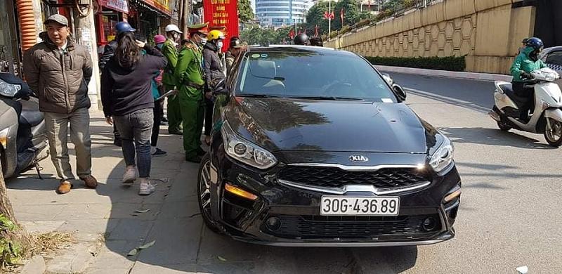 Hiện trường lái xe cố thủ ở Láng Thượng