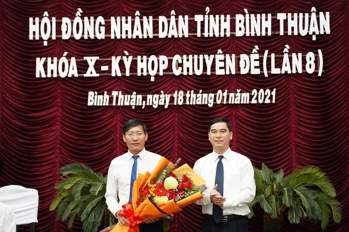 Ông Dương Văn An, Bí thư Tỉnh ủy Bình Thuận, tặng hoa tân Chủ tịch UBND tỉnh Lê Tuấn Phong.