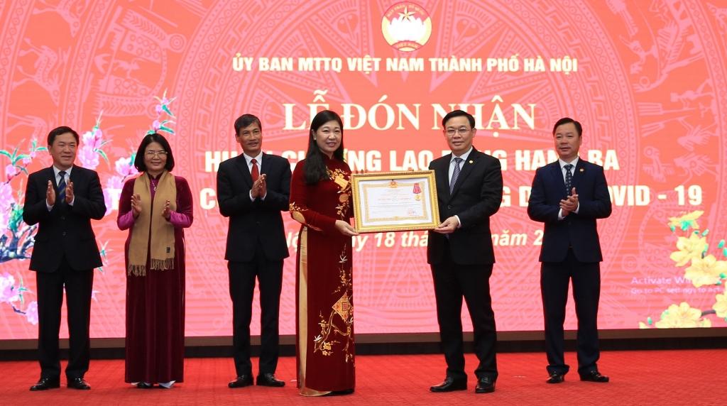 Bí thư Thành ủy Vương Đình Huệ trao Huân Chương Lao động Hạng Ba cho Ủy ban Mặt trận Tổ quốc Việt Nam TP Hà Nội