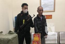 Cảnh sát Cơ động chặn bắt ô tô chở 250 kg pháo nổ