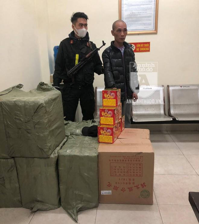 Cảnh sát Cơ động chặn bắt ô tô chở 250 kg pháo nổ 'tuồn' vào Hà Nội ảnh 1