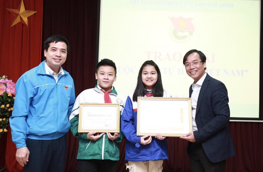 Đại diện Ban Tổ chức cuộc thi trao giải thưởng tới các tác giả tại Bắc Ninh