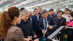Thường trực Ban Bí thư Trần Quốc Vượng thăm và trao quà cho công nhân lao động nhà máy Tân Đệ 6