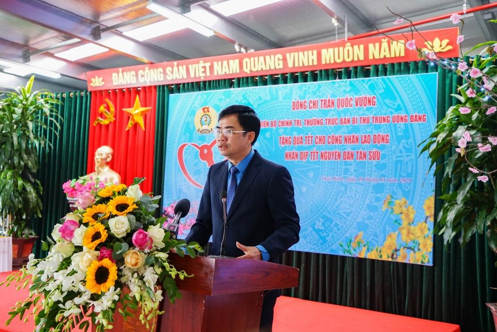 Thường trực Ban Bí thư Trần Quốc Vượng dự và trao quà cho công nhân lao động nhà máy Tân Đệ 6