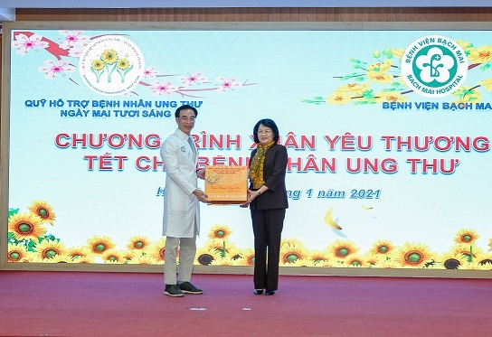 Phó chủ tịch nước Đặng Thị Ngọc Thịnh tặng quà và chúc tết toàn thể CBVC, người lao động của BV Bạch Mai