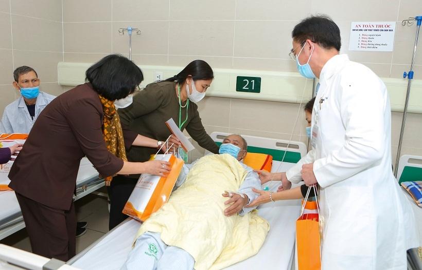 Phó chủ tịch nước Đặng Thị Ngọc Thịnh thăm hỏi và tặng quà cho người bệnh tại Bệnh viện Bạch Mai.