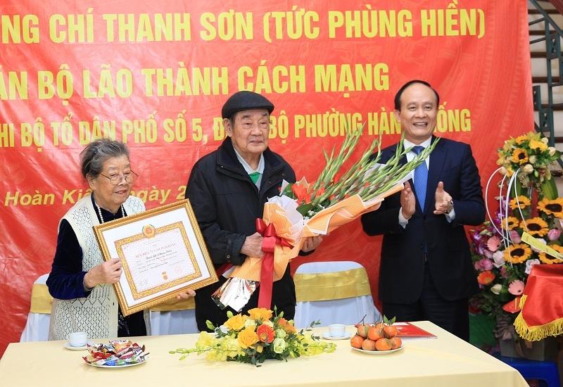 Chủ tịch HĐND TP Hà Nội trao Huy hiệu 75 năm tuổi Đảng, chúc Tết gia đình chính sách quận Hoàn Kiếm