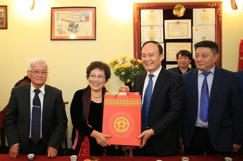 Phó Bí thư Thành uỷ, Chủ tịch HĐND TP Hà Nội Nguyễn Ngọc Tuấn thăm, tặng quà tết bà Phạm Thị Tuyết