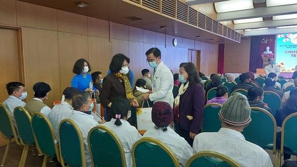 Phó Chủ tịch nước Đặng Thị Ngọc Thịnh tặng quà Tết tại Bệnh viện Bạch Mai
