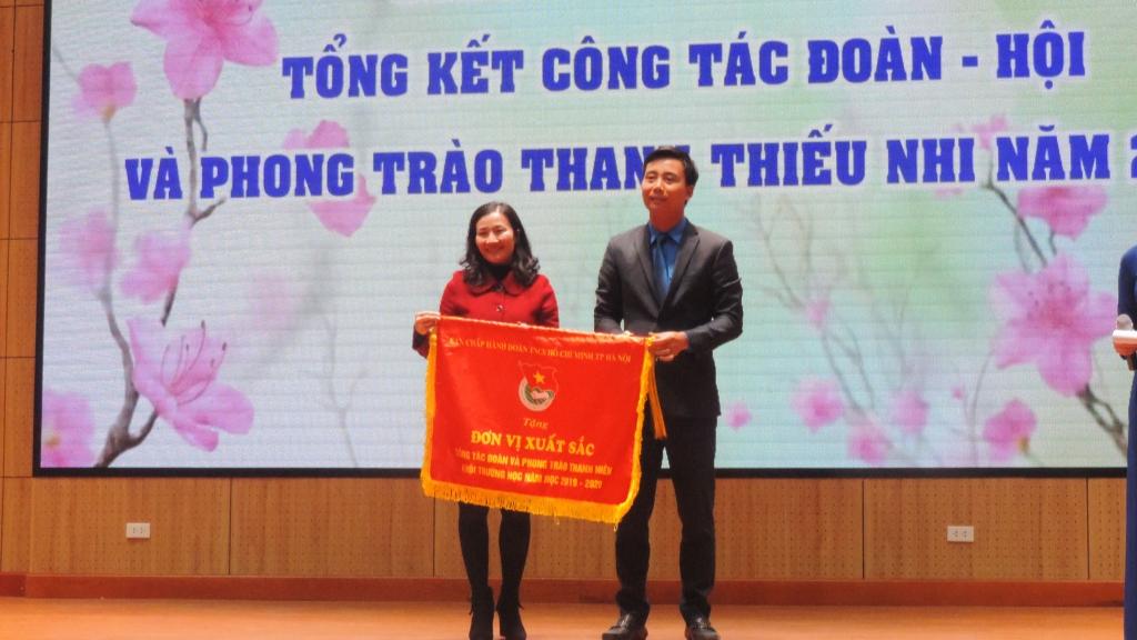 Đồng chí Nguyễn Đức Tiến, Ủy viên Ban chấp hành Trung ương Đoàn, Phó Bí thư Thường trực Thành đoàn, Chủ tịch Hội LHTN Việt Nam thành phố Hà Nội trao Cờ thi đua tới tập thể xuất sắc