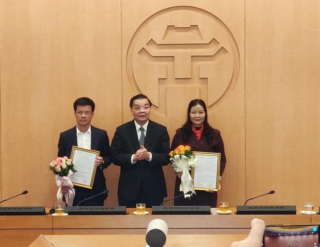 Chủ tịch UBND TP Chu Ngọc Anh tặng hoa chúc mừng hai đồng chí nhận nhiệm vụ mới
